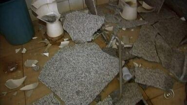 Polícia investiga vandalismo em banheiros públicos de Castilho - Vândalos destruíram dois banheiros da Praça Matriz de Castilho (SP) durante o fim de semana. Segundo o que um funcionário da limpeza que trabalha no local disse para a polícia, ele encontrou a porta do banheiro feminino arrombada, além de três vasos sanitários e divisórias destruídas quando chegava para trabalhar. O vandalismo só foi divulgado nesta quarta-feira (20) pela prefeitura da cidade.