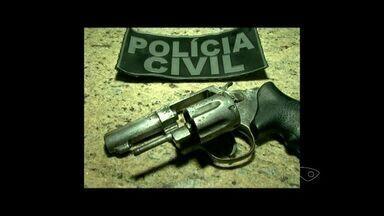 Arma de assassinato de taxista em Cachoeiro de Itapemirim é apreendida, no ES - A polícia chegou até três adolescentes de 15, 13, e 12 anos envolvidos na morte de taxista no centro da cidade.