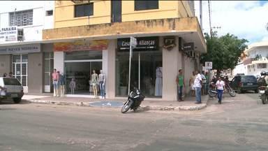 Imagens mostram assalto em joalheria em Sousa, no Sertão da PB - Veja o momento em que dois homens armados rendem o comerciante.