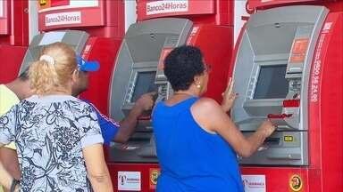 No 1º dia após greve dos vigilantes, população enfrenta dificuldades para sacar dinheiro - Caixas eletrônicos voltaram a ser reabastecidos no feriado de Tiradentes depois da paralisação dos vigilantes transportadores de valores.