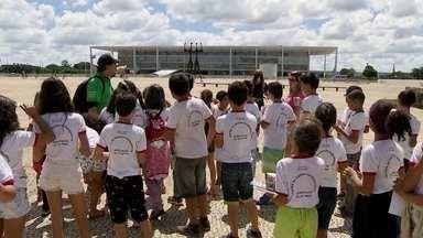 Alunos da rede pública do DF têm aula viva de história - No aniversário de 56 anos de Brasília, os alunos visitaram pontos importantes da cidade.