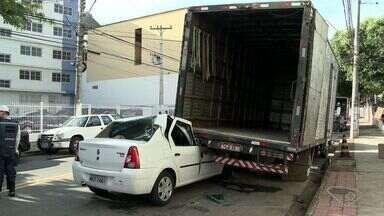 Motorista bate em caminhão parado e quase atinge trabalhadores em Vitória - Acidente aconteceu na Avenida Marechal Campos, nesta quinta-feira (21).Carreta era descarregada e homens se salvaram por questão de segundos.