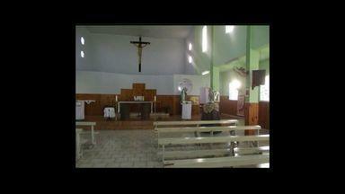 """Igreja é furtada e hóstias são jogadas em rio de Pinheiros, ES - Segundo a polícia, apenas o sacrário que continha as hóstias foi levado.No Facebook, padre disse que a paróquia está """"em luto""""."""