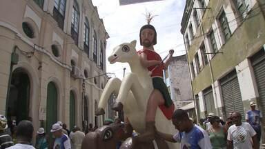 Dia de São Jorge é comemorado em Salvador - Não são só os católicos que pedem proteção ao santo. No candomblé ele é Oxóssi, o grande caçador e rei das matas; veja.