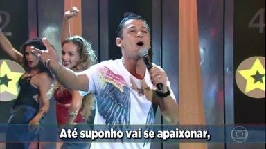 MC Leozinho solta a voz no palco do 'Domingão' - Ao som de 'Ela só pensa em beijar (se ela dança eu danço)' o funkeiro anima a plateia