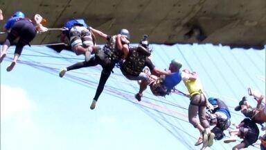 Voluntários tentam quebrar recorde de salto de ponte no interior de SP - No interior de São Paulo, uma ponte em construção virou o ponto de encontro de 149 voluntários com um plano ousado.