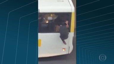 Jovens são flagrados entrando em dois ônibus sem pagar passagem em Copacabana - Os rapazes entram no ônibus pela janela, na Avenida Nossa Senhora de Copacabana. Um carro da polícia está parado em frente, mas o ônibus segue viagem normalmente. Em outro vídeo, pulam ou passam por baixo da roleta em um ônibus da linha 474.