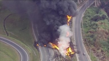 Incêndio fecha Avenida Ayrton Senna, perto do Rodoanel de SP - Um caminhão tanque teria tombado e explodido.