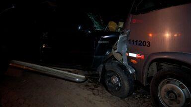Acidente entre caminhonete e micro-ônibus mata uma pessoa em MT - Acidente entre caminhonete e micro-ônibus mata uma pessoa em MT.