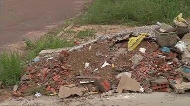 Resíduos de construção não podem obstruir calçadas e terrenos - Resíduos de construção não podem obstruir calçadas e terrenos