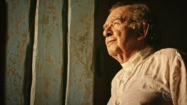 Ator Umberto Magnani sofre AVC - Magnani interpreta o Padre Romão na novela 'Velho Chico'