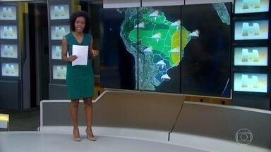 Frente fria entra no Brasil e provoca choque térmico - Ela está avançando pelo continente e vai espalhando chuva pelo centro-sul do Brasil, por áreas do Centro-Oeste e da região Norte. Temperaturas despencaram em várias regiões do país.
