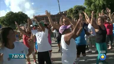 População de João Pessoa se exercita na praça - Pessoenses se empolgam com exercício físico em praça pública da capital.