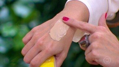 Quem tem melasma deve usar filtro solar todos os dias - Embora essa doença seja mais comum em mulheres, também pode aparecer em homens, O tratamento inclui creme clareador e filtro solar com pigmento.