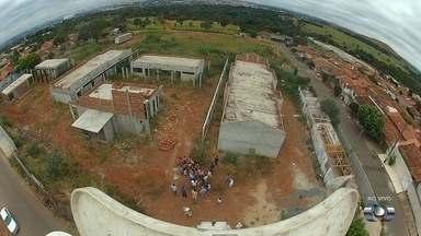 Moradores reclamam de demora na construção de um CMEI no Setor Solar Ville, em Goiânia - Pais se queixam que unidades de educação infantil ficam distantes e não tem com quem deixar os filhos.