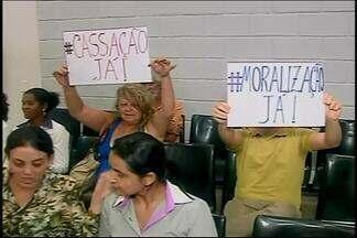 Manifestantes pedem cassação de vereadores denunciados em Araxá - Grupo usou cartazes para pedir saída de denunciados e 'moralização'.MP anunciou processo contra apontados; Câmara recebeu denúncia.