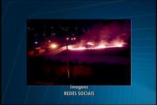 Internauta registra fogo em cemitério de Divinópolis - Chamas começaram por volta das 19h30 no cemitério do Bairro Bela Vista.