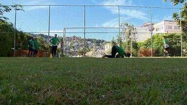 Jovens atletas perseguem sonho de se tornarem goleiros em Juiz de Fora - Alunos da Escolinha do Botafogo na cidade trabalham por oportunidade para se tornarem jogadores de futebol. No Dia do Goleiro, garotos aprendem sobre a origem da data.