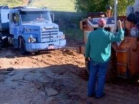Caminhão é retirado de ponte na zona rural de Bernardes - Veículo ficou preso no local por quatro dias.