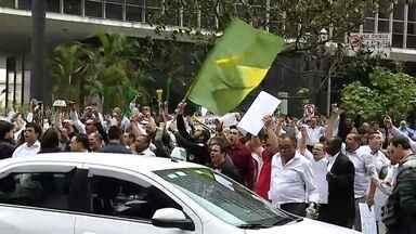 Taxistas protestam na Capital contra regulamentação de aplicativos como o Uber - Os vereadores da capital discutem há quatro horas o projeto de lei que regulamenta o compartilhamento de carros por meio de aplicativos, nesta quarta (27).
