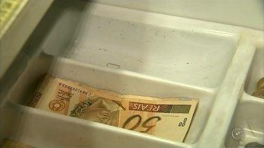 Comerciantes afirmam faltar notas de R$ 20, R$ 10 e R$ 5 na região - Comerciantes da região afirmam que atualmente estão em falta moedas e também notas de papel. O Banco Central divulgou que a circulação das notas de R$ 5, R$ 10 e R$ 20 caiu quase 10%.