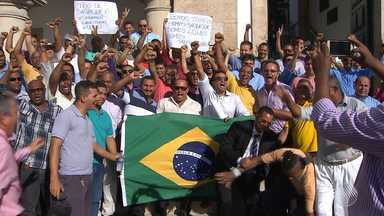 Vereadores aprovam projeto de lei que proíbe o serviço do Uber em Salvador - Taxistas comemoraram a decisão.