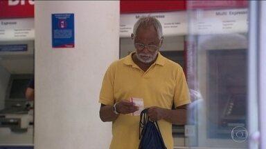 Pensionistas do RJ passam mais um dia de angústia sem salários - Para fazer o pagamento dos 137 mil aposentados e pensionistas do Estado do Rio é necessário que todo o dinheiro das quatro contas bancárias do estado seja apreendido, num total de R$ 648 milhões.