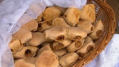 A procura do prato típico - O Marcão caminhou no calçadão do comércio em Araçoiaba da Serra para encontrar uma delícia da cidade, o pão de amendoim.