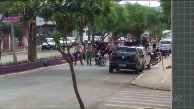 Polícia procura integrantes de quadrilha que aterrorizou Ortigueira nesta sexta-feira - Bandidos fortemente armados assaltaram uma agência bancária, ameaçaram moradores e amarraram reféns no capô de um carro.