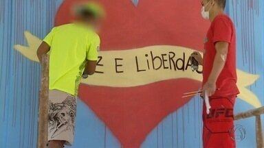 Defensoria Pública cria projeto de ressocialização por meio da arte em MS - Objetivo é melhorar o futuro de internos das Unidades Educacionais de Internação (Uneis). Por meio do grafite os adolescentes conseguem expressar o sentimento de esperança.