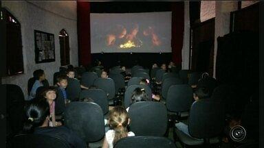 Voluntários levam crianças pela primeira vez ao cinema em Timburi - Um grupo da cidade de Timburi se uniu para levar crianças pela primeira vez ao cinema e o resultado foi positivo.