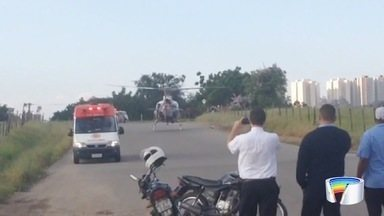 Homem esfaqueado é socorrido pelo Águia em São José, SP - Segundo a PM, um motoqueiro parou e deu uma facada na vítima. Homem foi atingido por uma facada no abdômen, que perfurou o coração.