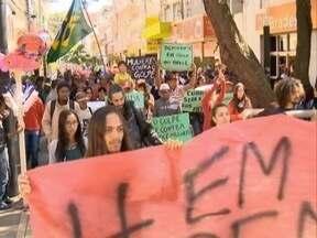 Manifestantes fazem ato pró-Dilma Roussef - Ato foi na Praça Nove de Julho, em Pres. Prudente.