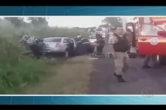 Vítimas ficam gravemente feridas em acidente no anel viário de Uberlândia - Duas vítimas ficaram presas às ferragens e militares fizeram o resgate. Acidente foi registrado no anel viário norte próximo ao Distrito Industrial.
