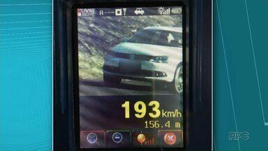 Polícia de Iporã flagra carro a quase 200 km/h - Foi na tarde deste sábado (30) na BR-272, entre Iporã e Francisco Alves. O limite de velocidade é de 110 km/h. O motorista vai ser multado e ainda deve perder o direito de dirigir.