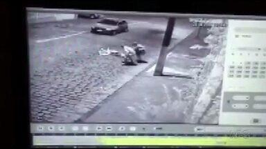 Câmera de segurança grava assalto e agressão contra idosa, em Guarapuava - A cena causou indignação na cidade. As duas pessoas ainda estão sendo procuradas pela polícia.