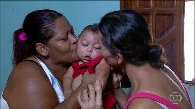 Recife tem corrente de solidariedade para ajudar famílias de crianças com microcefalia - No Recife, além da vacinação, o sábado (30) foi dia de mutirão da solidariedade para ajudar famílias de crianças com microcefalia. Mais de 300 bebês nasceram com o problema no último ano em Pernambuco.