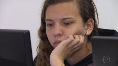 Cerca de 2 milhões de estudantes fazem o primeiro simulado do Enem - Provas foram pela internet. Devido a problemas de acesso, o prazo foi prorrogado.