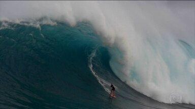 """Brasileiro Yuri Soledade conquista o """"Oscar"""" do surfe na categoria maior onda - Liga Mundial de surfe premia os maiores surfistas do ano e baiano ganha categoria mais importante ao surfar onda da altura de um prédio de sete andares"""