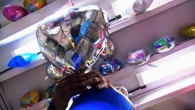 Veja o que vem causando explosões em balões de festas - Vídeo em que balão explode perto de menino já teve mais de 11 milhões de visualizações. O Fantástico faz um alerta para o perigo.