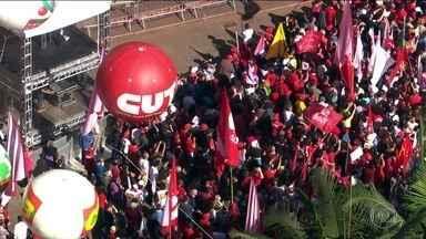 Atos contra e a favor do impeachment marcam comemorações do 1º de Maio - A presidente Dilma Rousseff participou de um evento da CUT, em São Paulo. Ela anunciou um reajuste nos benefícios do Bolsa Família e correção na tabela do Imposto de Renda.