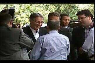 Governador de MG participa de reunião na sede da ABCZ em Uberaba - Dirigentes da entidade e o prefeito Paulo Piau participaram da reunião. Fernando Pimentel não concedeu entrevistas; grupo realizou protesto.