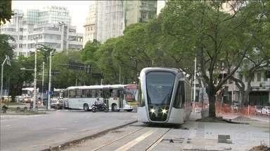 Obras do VLT provocam novas mudanças, no Centro - Pontos finais de ônibus mudaram de lugar, por causa das obras. Mudanças vão ser implementadas, gradualmente, até 21 de maio.