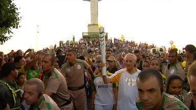 Tocha olímpica emociona moradores das 15 cidades por onde passou, em Goiás - Chama das Olimpíadas chegou ao Brasil na última terça-feira e deve percorrer todo o território nacional até o início dos jogos olímpicos.