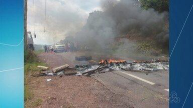 Moradores de municípios do AM bloqueiam estradas para protestar - BR-174 e BR-319 tiveram trechos bloqueados.
