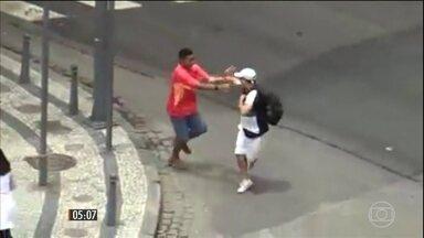 Vídeos revela flagrantes de adolescentes roubando pedestres em plena luz do dia, no RJ - Segundo o Instituto de segurança pública do RJ, foram registrados cerca de 13 roubos por dia, entre janeiro e março deste ano. A polícia militar disse que vem reforçando o contingente no centro da cidade desde o fim do ano passado.