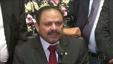 Decisões contraditórias tornam Waldir Maranhão alvo no Congresso - Agora, querem cassar, afastar e expulsar o deputado. Alguns políticos questionam se ele tem autoridade para ficar na presidência da Câmara.