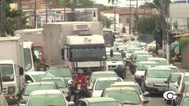 Obra de esgoto causa transtornos em Mangabeiras - O repórter Douglas Lopes traz mais informações sobre o assunto.