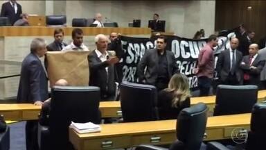 Moradores param sessão da Câmara em protesto contra reintegração de posse - Moradores da Comunidade do Cimento param sessão da Câmara em protesto contra uma reintegração de posse, marcada para o próximo domingo (15).