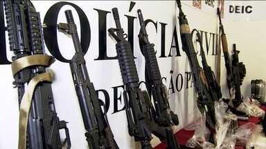 Clone de viatura policial é apreendido em operação contra o tráfico de drogas, em SP - O Denarc, o Departamento de Narcóticos, realizou operação nesta quarta-feira (11) que terminou com a prisão de cinco traficantes, apreensão de e de fuzis.